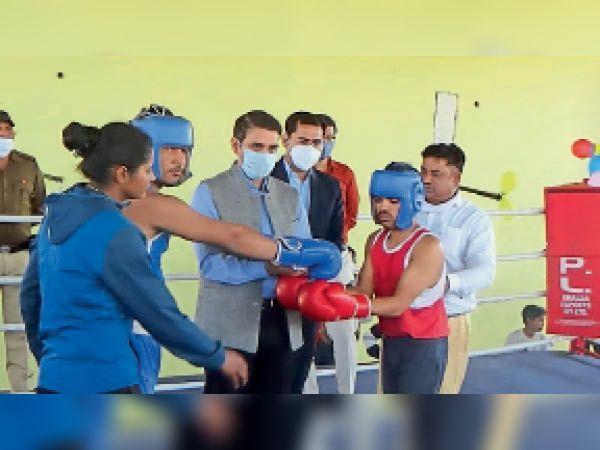 महेंद्रगढ़ में बाॅक्सिंग कैंप की शुरूअात करते हुए डीसी अजय कुमार। - Dainik Bhaskar