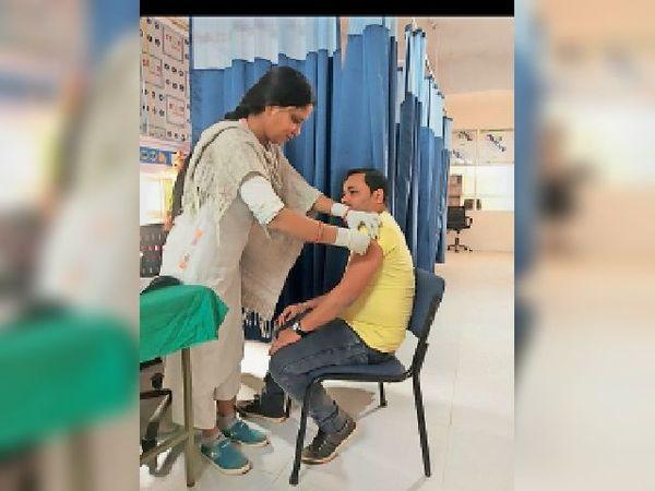 कोरोना टीका का दूसरा डोज लेते लाभार्थी। - Dainik Bhaskar