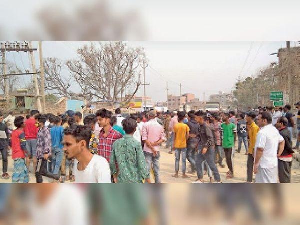 घटना स्थल पर जुटी भीड़। - Dainik Bhaskar