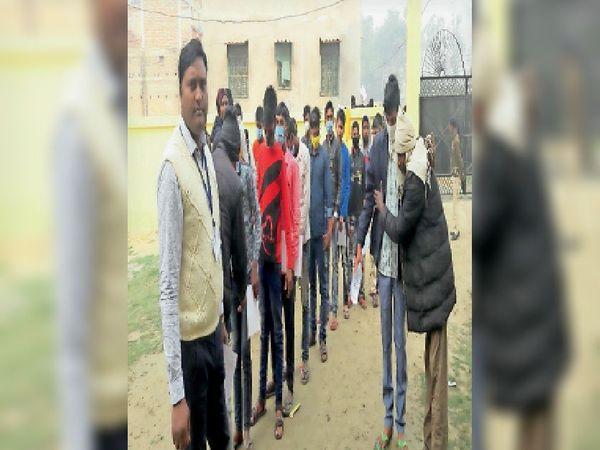किसनपुर में परीक्षा केंद्र पर जांच से गुजरते छात्र। - Dainik Bhaskar