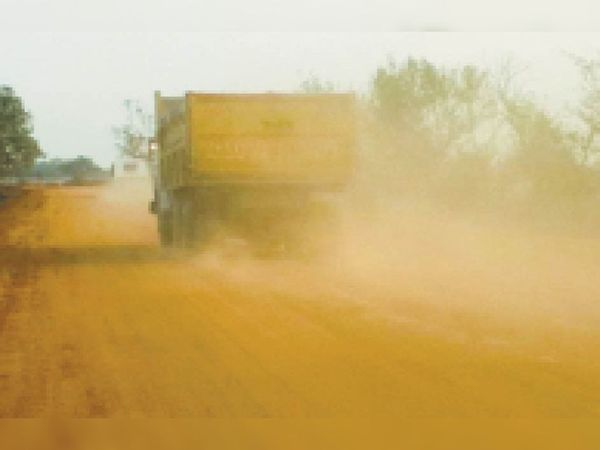 मंगलवार को जैदा मंडी बायपास रोड पर चलते वाहनों के साथ उड़ती धूल। - Dainik Bhaskar