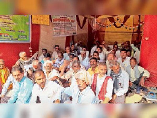 मननपुर स्टेशन परिसर मंे धरना पर बैठे बिहार दैनिक यात्री संघ के लाेग। - Dainik Bhaskar