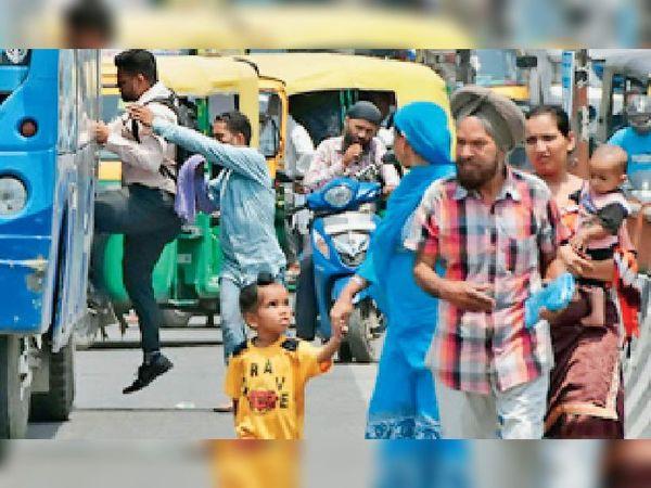 न माॅस्क है न दूरी, इसी कारण बढ़ रहे जिले में कोरोना संक्रमितों के केस। - Dainik Bhaskar