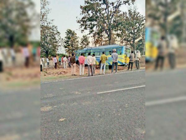 उदयपुरा- सिलवानी रोड पर जुनिया पुल के पास बस का स्टेयरिेंग फेल हुआ। - Dainik Bhaskar