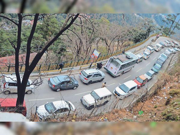 एमएलए क्रॉसिंग के पास सोमवार को लगी वाहनों की कतारें। - Dainik Bhaskar