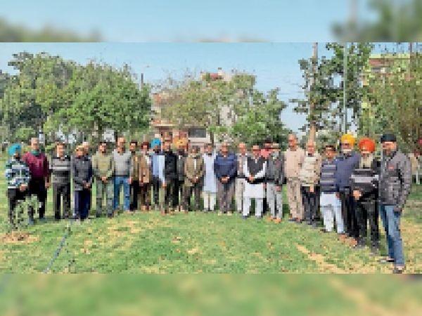 मीटिंग में मौजूद सोसायटी के समूह मेंबर।- भास्कर - Dainik Bhaskar