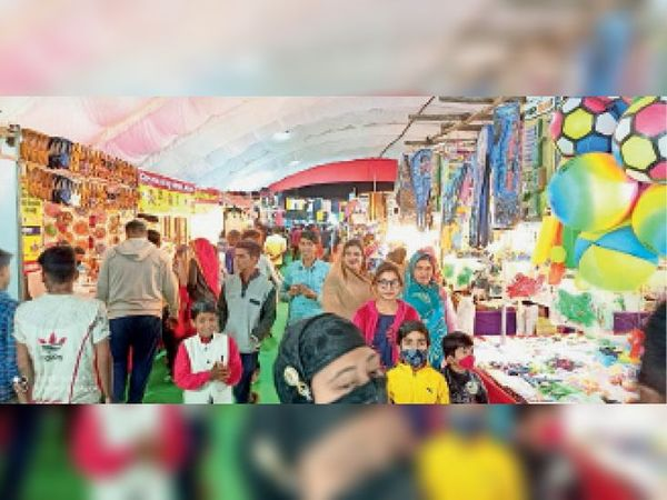 ग्राहकों की मेले में आवाजाही बढ़ने से दुकानदारों के चेहरे पर रौनक देखी गई। - Dainik Bhaskar