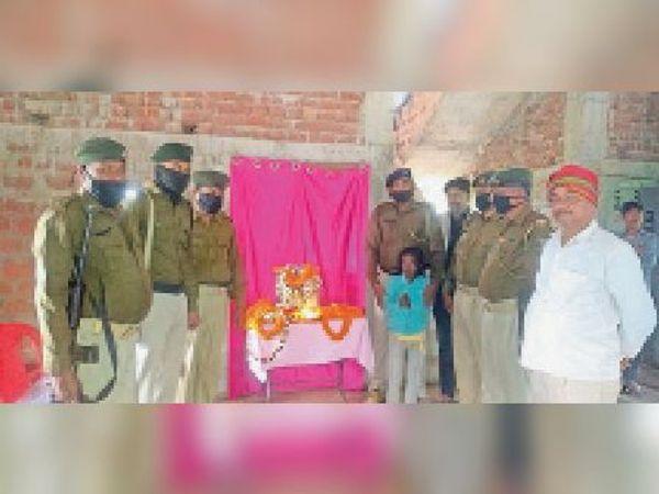 श्रद्धांजलि के दौरान शहीद की पुत्री के साथ पीरी बाजार थाना की पुलिस। - Dainik Bhaskar