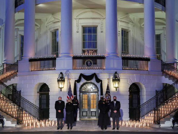 अमेरिका में अब तक कोरोना से 5 लाख से ज्यादा मौतें हो चुकी हैं। व्हाइट हाउस में सोमवार को सभी को श्रद्धांजलि दी गई। - Dainik Bhaskar