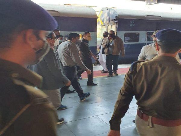 पश्चिम रेलवे के जीएम आलोक कंसल ने इंदौर रेलवे स्टेशन का निरीक्षण किया। - Dainik Bhaskar
