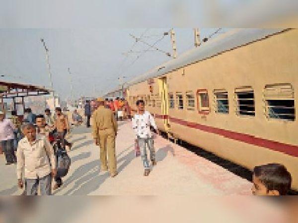 लखीसराय स्टेशन पर खड़ी मोकामा-हावड़ा एक्सप्रेस। - Dainik Bhaskar