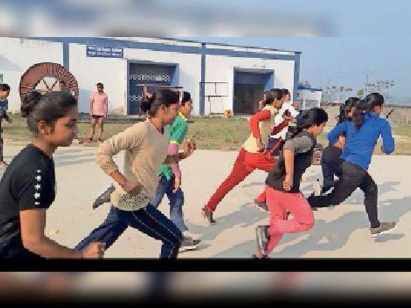 पुलिस सप्ताह के मैराथन दौड़ में दौड़ लगातीं युवतियां। - Dainik Bhaskar