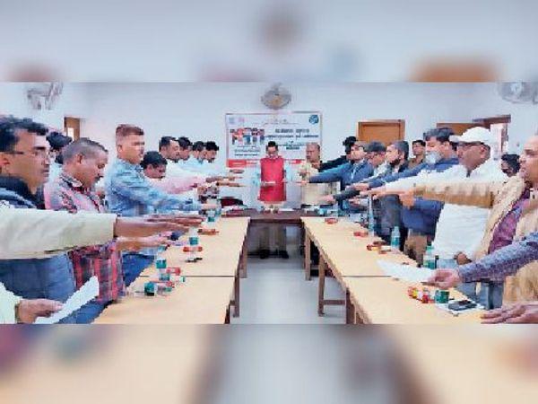 फारबिसगंज में नशामुक्त भारत अभियान के तहत आयोजित कार्यशाला में नशामुक्ति का शपथ लेते एसडीओ व अन्य। - Dainik Bhaskar