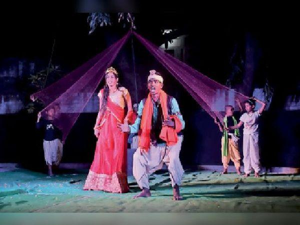 बेगूसराय में नाटक बुरा और भला में अभिनय करते कलाकार। - Dainik Bhaskar