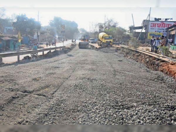 एप्रोच रोड की मरम्मत की काफी धीमी रफ्तार। - Dainik Bhaskar