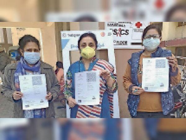वैक्सीन की दूसरी डोज लेने के बाद सर्टिफिकेट दिखाते डॉ. जसमीत बावा, डिप्टी मेडिकल कमिश्नर डॉ. सारिका दुग्गल व अन्य। -भास्कर - Dainik Bhaskar