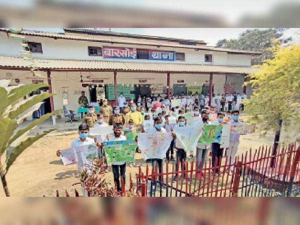 पेंटिंग प्रतियोगिता में भाग लेते स्कूली विद्यार्थी । - Dainik Bhaskar