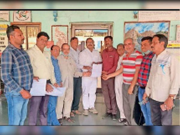 खंडवा स्टेशन पर ट्रेन के स्टापेज को लेकर ज्ञापन सौंपते जनमंच सदस्य। - Dainik Bhaskar