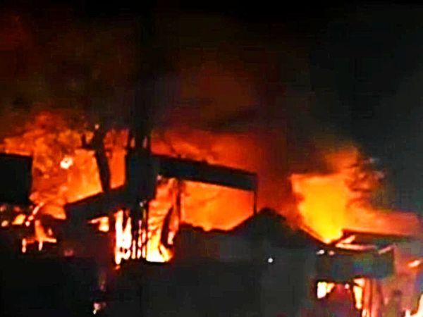 भीषण आग में लाखों का माल जलकर हुआ राख। - Dainik Bhaskar