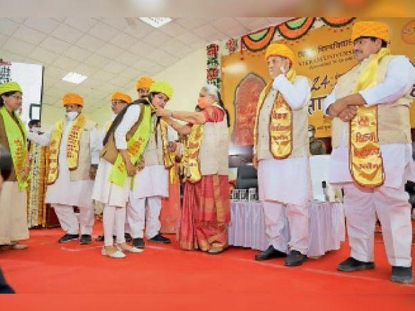 सारिका दलवी को सम्मानित करती हुई राज्यपाल आनंदीबेन पटेल। - Dainik Bhaskar