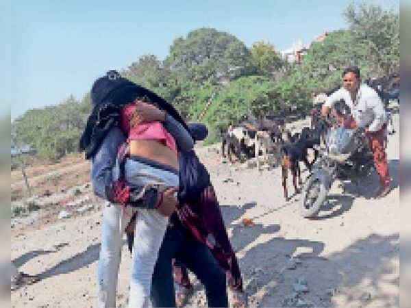काटजू नगर से युवती को अस्पताल ले जाते हुए। - Dainik Bhaskar