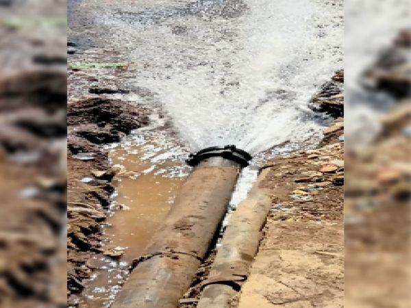 बड़ी पुलिया काॅर्नर पर बहता रहा पानी। - Dainik Bhaskar