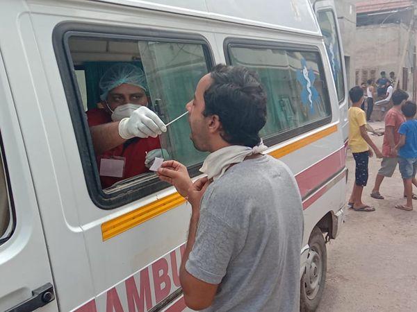 ग्रामीण क्षेत्रों में भी चिकित्सा विभाग कोरोना की आरटीपीसीआर जांच कर रहा है। फाइल फोटो - Dainik Bhaskar