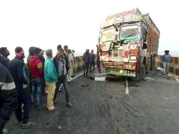 घटना के बाद कुरसेला पुल पर लगी लोगों की भीड़।