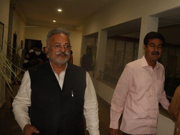 देर रात एमएनआईटी गेस्ट हाउस में भाजपा प्रभारी अरुण सिंह से मिलकरबाहर आते चिट्ठी लिखने वाले विधायकों के अगुवा प्रतापसिंह सिंघवी, पूर्व मंत्री राजपाल सिंह भी साथ हैं - Dainik Bhaskar