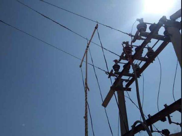 ट्रांसफार्मर से इस तरह सीधे तार जोड़ बिजली चोरी की जा रही थी। - Dainik Bhaskar