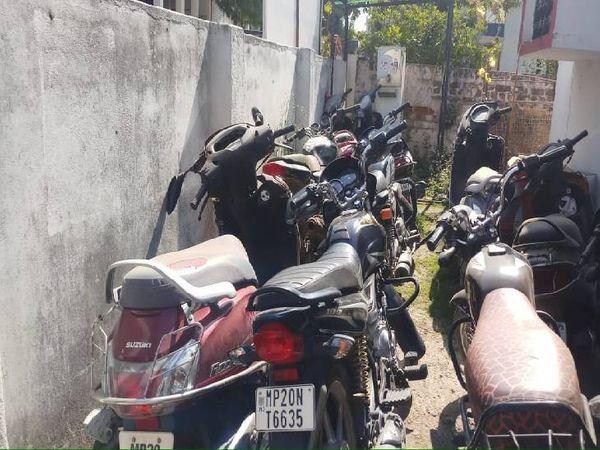 आरोपियों की जब्त बाइक व स्कूटी।