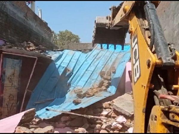 हत्या में फरार अपराधी बाबू टायर के मकान को ध्वस्त किया गया - Dainik Bhaskar