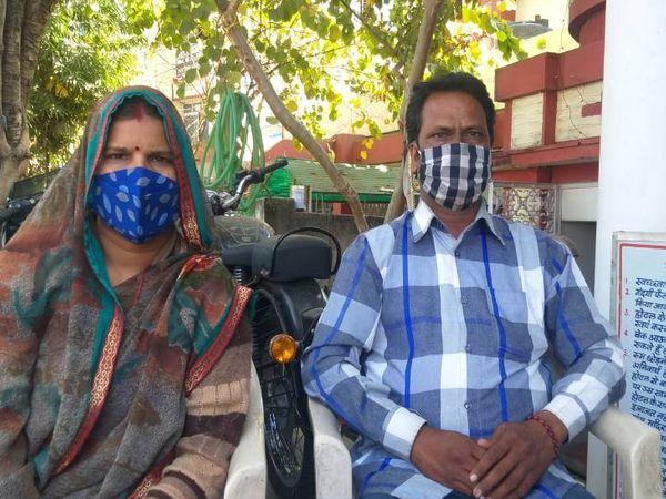 दैनिक भास्कर के साथ चर्चा में अपराध छोड़ने की वजह बताते सुखराम और साथ में उनकी पत्नी। - Dainik Bhaskar