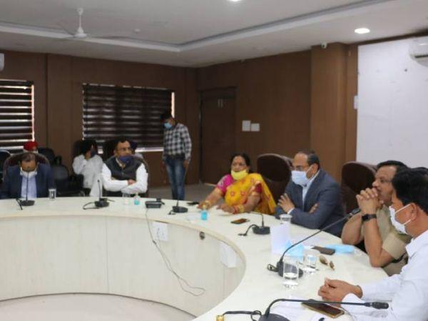 होशंगाबाद में मंगलवार को आयोजित बैठक में चर्चा करते अधिकारी और जनप्रतिनिधि। - Dainik Bhaskar