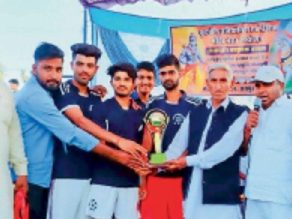 सिंघाना. फुटबॉल की विजेता टीम को ट्रॉफी देते अतिथि। - Dainik Bhaskar