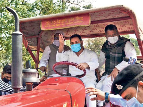 तेजस्वी यादव विधानसभा की कार्यवाही में भाग लेने के लिए सोमवार को अपने आवास से ट्रैक्टर चलाते हुए विधानसभा पहुंचे। - Dainik Bhaskar