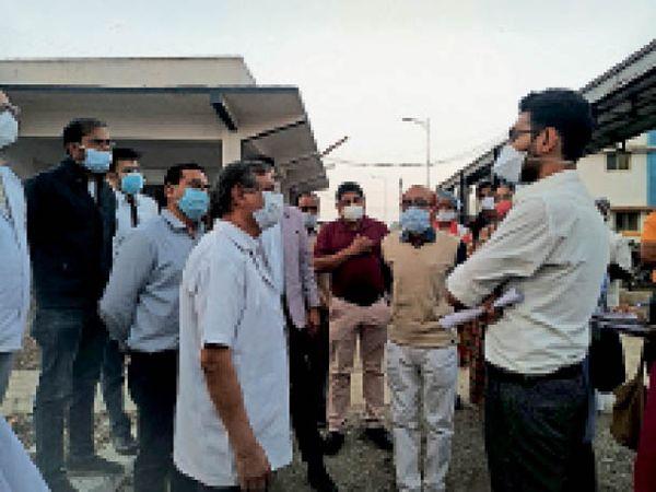 कलेक्टर ने दवा का स्टॉक चेक किया, सरकारी याेजनाओं की जानकारी भी ली। - Dainik Bhaskar