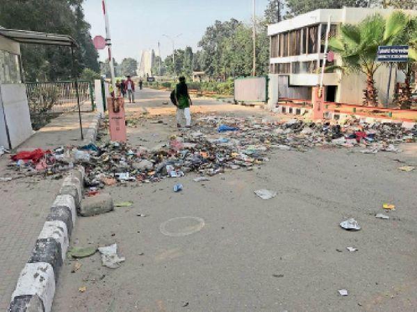 प्रदर्शनकारी मुलाजिमों की ओर से मांगों की अनदेखी के विरोध में पंजाबी यूनिवर्सिटी के मेन गेट पर फेंका गया कूड़ा। (दाएं) रजिस्ट्रार ऑफिस के अंदर फेंका गया कचरा। - Dainik Bhaskar