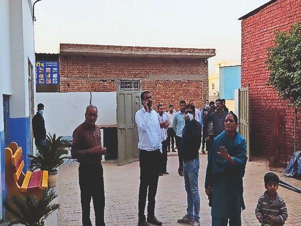 चरखी दादरी | मोबाइल से एसडीएम की किसी से बात करवाते सीएमओ। - Dainik Bhaskar