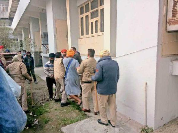 जीएनडीएच में पीड़ित परिवार और हमलावरों में आधे घंटे तक हाथापाई होती रही। इसके बाद थाना मजीठा रोड की पुलिस ने परिवार काे बचाया। (इनसेट) घायल बलवंत। - Dainik Bhaskar