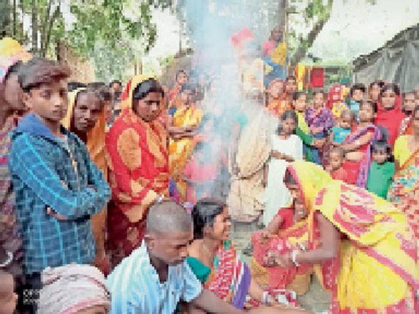घटना के बाद रोते-बिलखते मृतक के परिजन। - Dainik Bhaskar