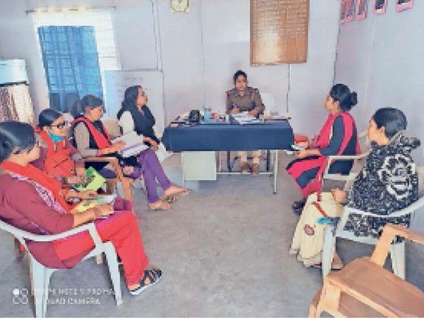 सुनवाई में शामिल महिला थाना प्रभारी व अन्य। - Dainik Bhaskar