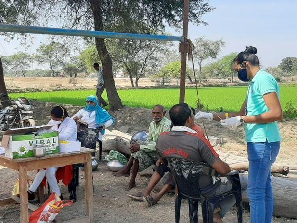 बालोद में कोरोना के सैंपल लेते कर्मचारी। - Dainik Bhaskar
