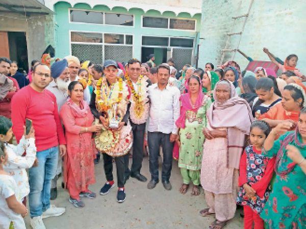 जाखल गांव तलवाडा के जसप्रीत शर्मा को पहला स्थान हासिल करने पर बधाई देते सरपंच व अन्य लोग। - Dainik Bhaskar
