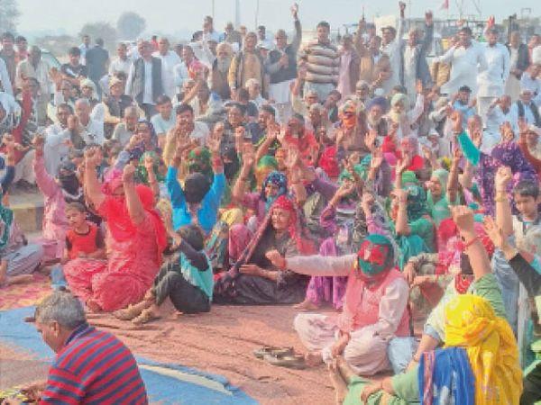 लांधड़ी टोल पर कृषि कानूनों के विरोध में प्रदर्शन करते हुए किसान व धरने पर भाग लेतीं महिलाएं। - Dainik Bhaskar