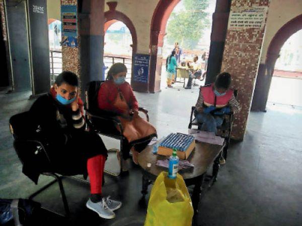 कोरोना के सेंपल लेने के लिए रेलवे स्टेशन पर टीम। - Dainik Bhaskar
