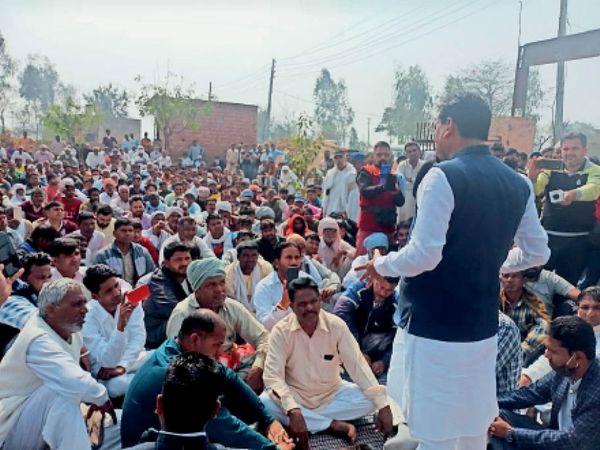 कबूलपुरखेड़ा में महापंचायत में मौजूद लोगों को संबोधित करते पूर्व मंत्री कृष्ण कुमार बेदी। - Dainik Bhaskar