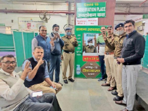 रेवाड़ी में रेलवे सुरक्षा बल के अधिकारी व जवान टीका लगवाने के बाद खुशी जाहिर करते हुए। - Dainik Bhaskar