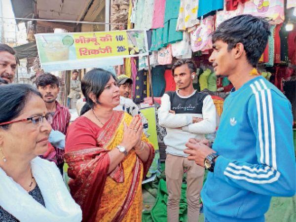 बाजार में व्यापारियों से अतिक्रमण नहीं करने की हाथ जोड़ अपील करतीं नप चेयरपर्सन पूनम यादव। - Dainik Bhaskar