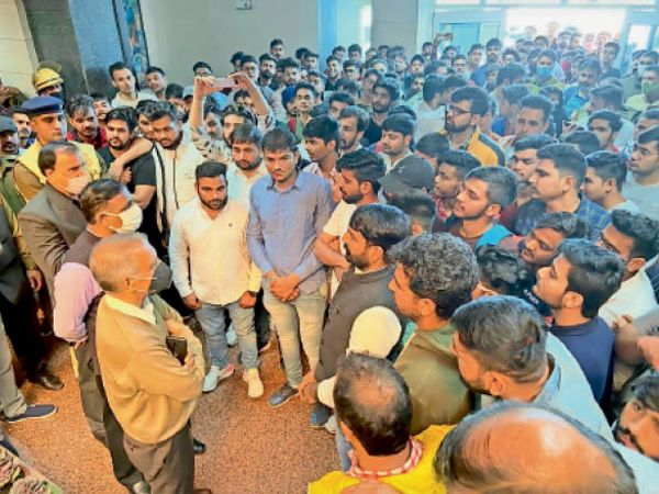 एमडीयू में कुलपति से बातचीत के दौरान मांगें बताते छात्र। - Dainik Bhaskar